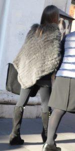 Street fashion: i pellicciotti sintetici ancora usati nella mezza stagione romana