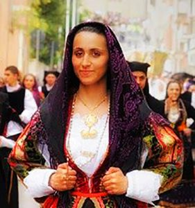 una donn indossa uno dei tipici abiti tradizionali in Sardegna