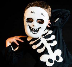 Una maschera da scheletro per vestire i bambini per Halloween