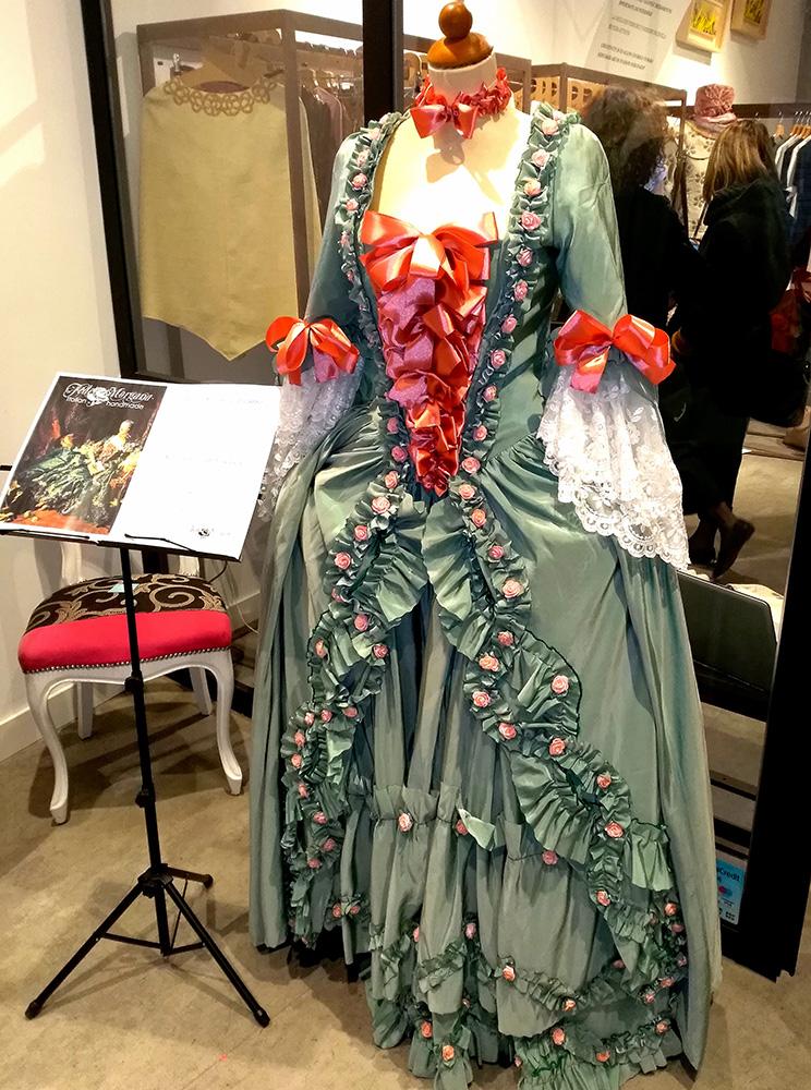 Un abito barocco della sfilata di alta moda a Roma