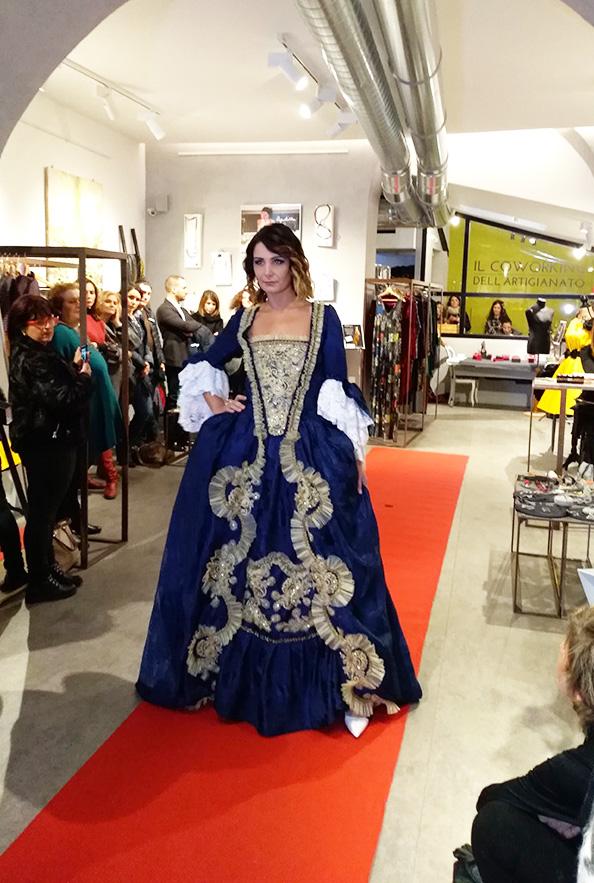 Una delle creazioni barocco della sfilata di alta moda a Roma