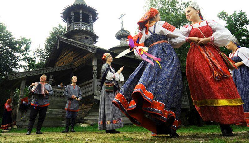 Donne che indossano ad una festa gli abiti popolari della Russia