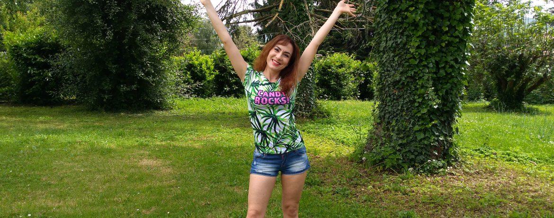 Una maglietta personalizzata col nome del brand Pineapple Clothing