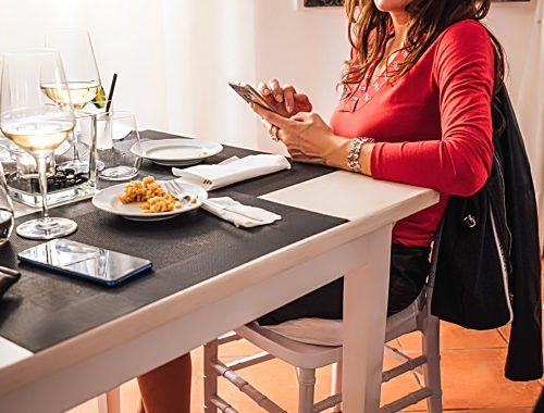 """Candy Valentino seduta al ristorante di pesce a Roma """"Scuderie San Carlo"""""""