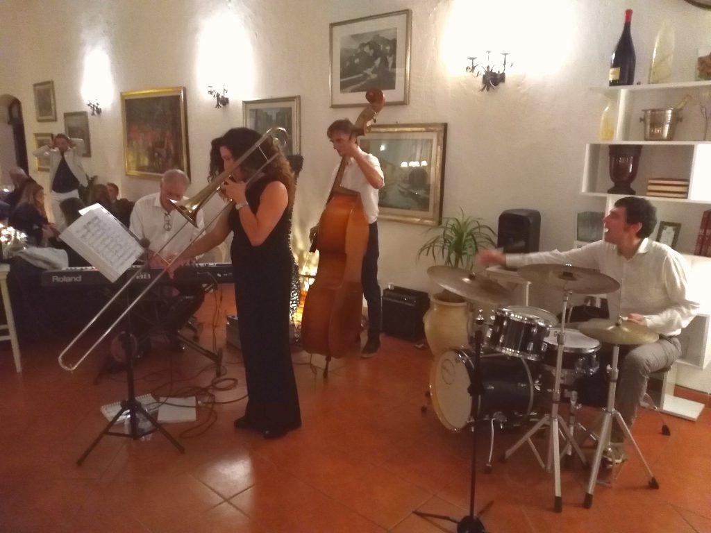 Una band di musica swing in un ristorante di pesce a Roma