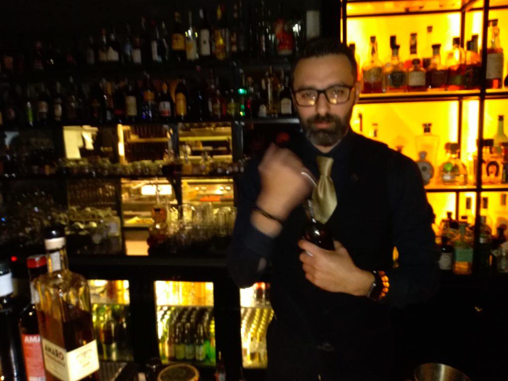preparazione di un cocktail con amaro italiano