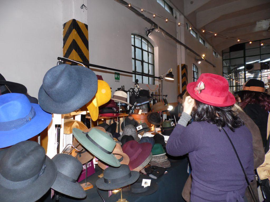 I cappelli in vendita a Wave Market Fair