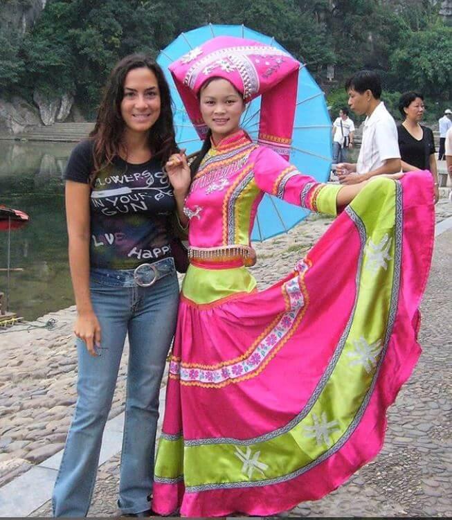 Candy Valentino accanto ad una ragazza che indossa uno degli abiti tradizionali in Cina