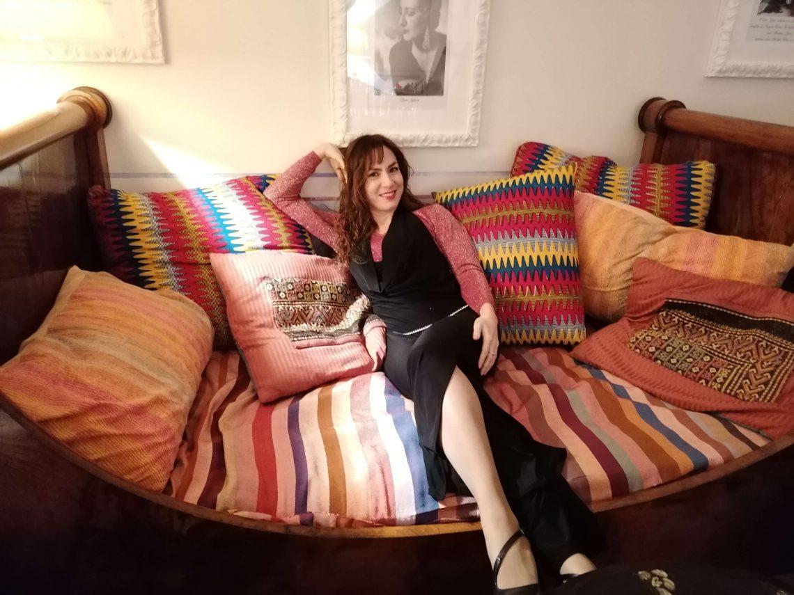 Candy Valentino su un divano del salone di Villa Lina