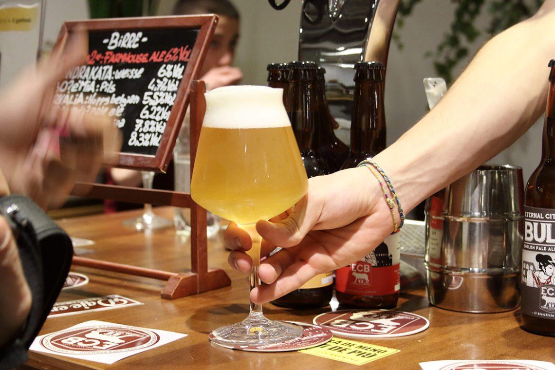 una debuttante alla settimana della birra artigianale