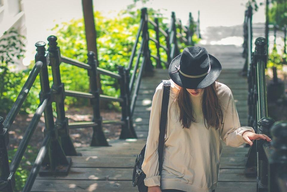 cappello nero per l'estate