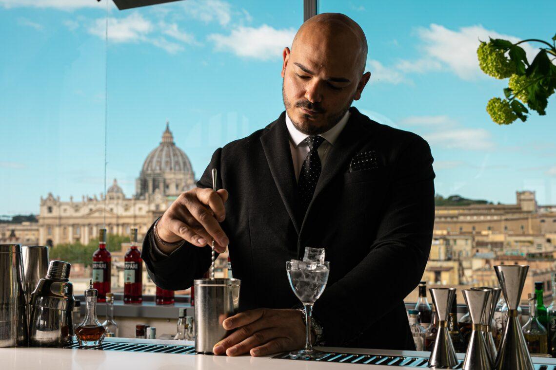 Capo Barman Andrea Ottogalli sulla terrazza Les Etoiles